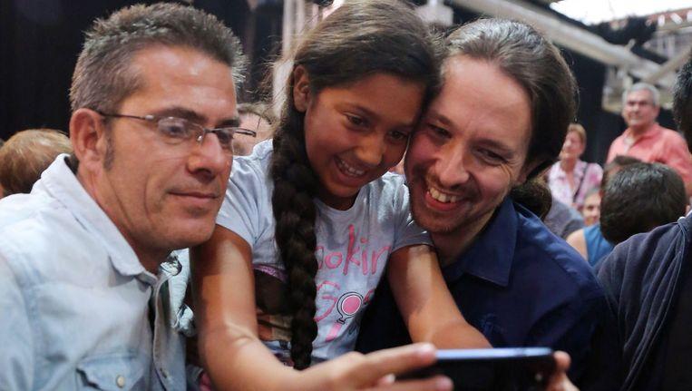 Podemos is de nieuwe protestpartij. Selfie met Pablo Iglesias. Beeld AFP