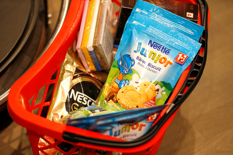 Boodschappenmandje met producten van Nestlé.