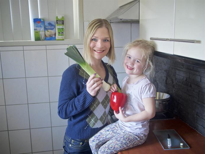Eveline Verhelst-Crämers met haar dochtertje Lisa. Eveline gunt iedereen dagelijks een verse maaltijd.