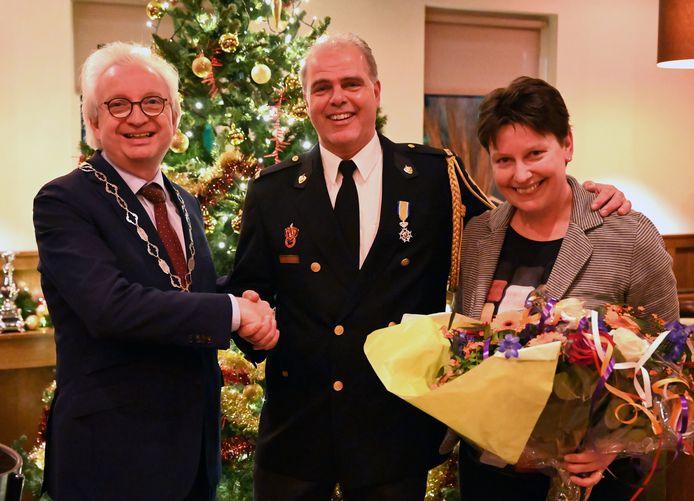 Burgemeester Gradisen feliciteert Fons van Gompel met zijn onderscheiding.