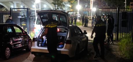 Wildwest-taferelen aan Abraham van Stolkweg: twee gewonden bij schietpartij, politie lost waarschuwingsschoten