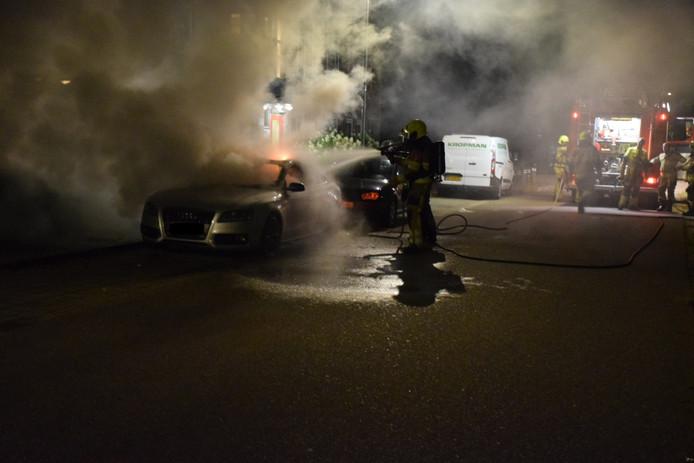 Een auto is uitgebrand op de Grootveldschelaan in Malden.