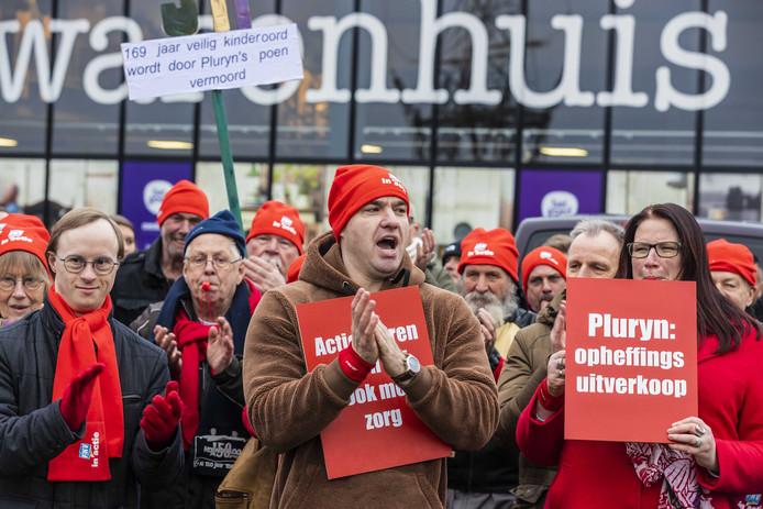 Tientallen medewerkers van de Hoenderloo Groep voerden afgelopen vrijdag actie voor de deur van het hoofdkantoor Pluryn. Zij zijn boos om de sluiting van De Hoenderloo Groep.