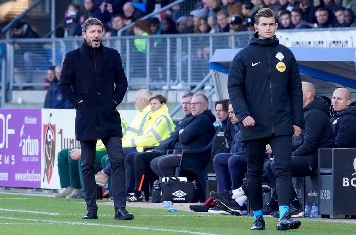 Mark van Bommel in gesprek met de vierde man, tijdens Willem II-PSV.