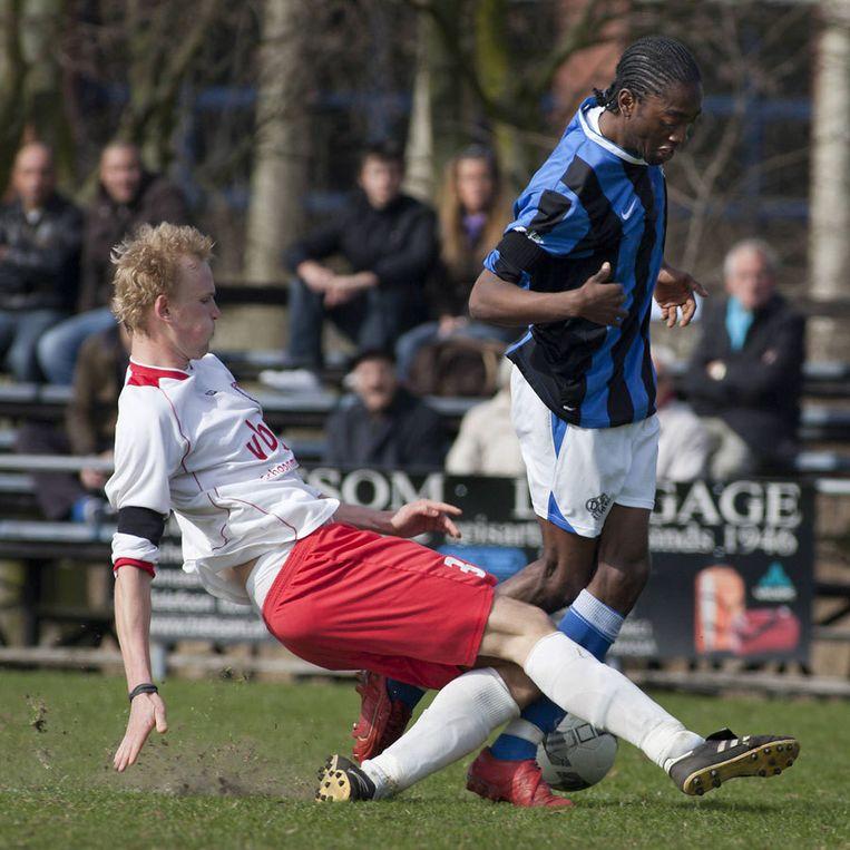 Archieffoto Lionel Grootfaam (rechts) van DWS. De Amsterdamce club heeft de finale van de nacompetitie bereikt. Foto Marcel Israel Beeld
