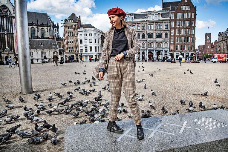 Een meisje laat zich fotograferen door een vriendin op een lege Dam.  Beeld Guus Dubbelman / de Volkskrant