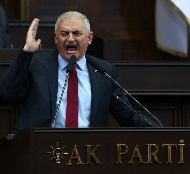 De Turkse premier Yildirim hield gisteren een toespraak in het parlement, waarin hij fel tekeer ging tegen de Gülenbeweging die volgens de Turkse regering achter de coup zit. Beeld epa