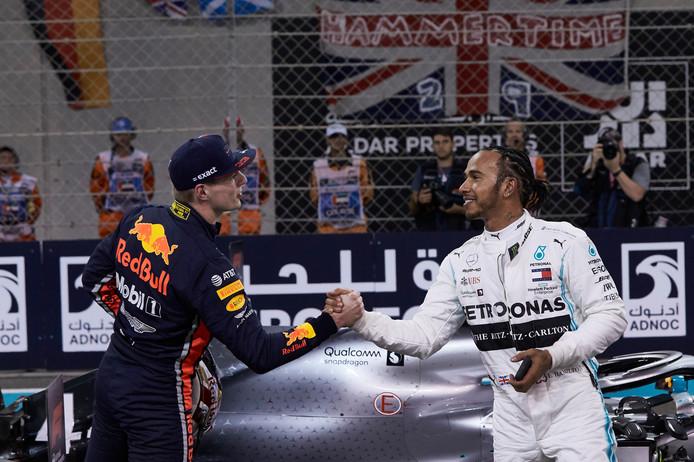 Verstappen feliciteert Hamilton na diens succesvolle kwalificatie.