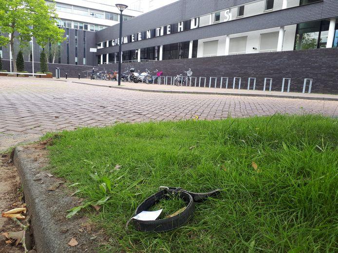 Op de plek waar hondenliefhebber Arie den Dekker maandagochtend werd gevonden heeft iemand een halsband neergelegd met de tekst: 'Rust zacht Arie'.