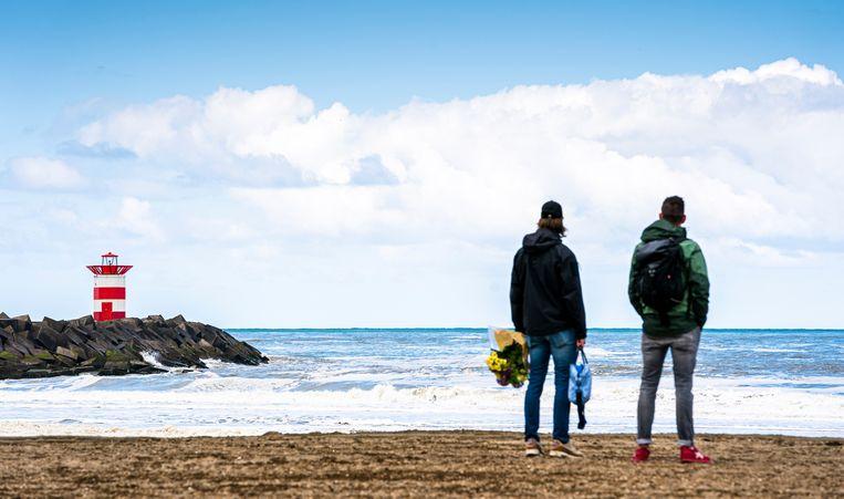 Belangstellenden op het strand van Scheveningen, met zicht op het Noordelijk Havenhoofd. Beeld Freek van den Bergh / De Volkskrant