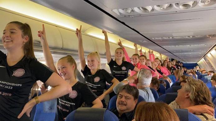 De Wierdense meiden oefenden hun danspassen zelfs in het gangpad van het vliegtuig op weg naar de WK jazzdansen in het Russische Sint Petersburg.