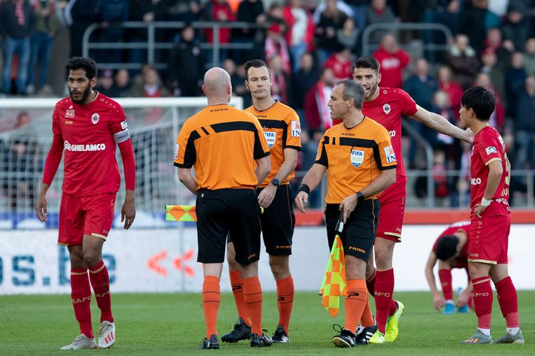 Ref Bram Van Driessche legde de match tussen Antwerp en Club even stil.