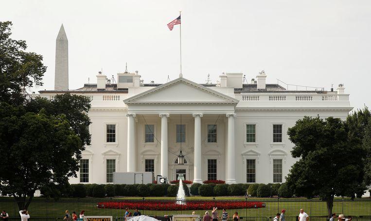Minder dan 48 uur na het overlijden van John McCain wappert de vlag al weer als anders aan het Witte Huis.