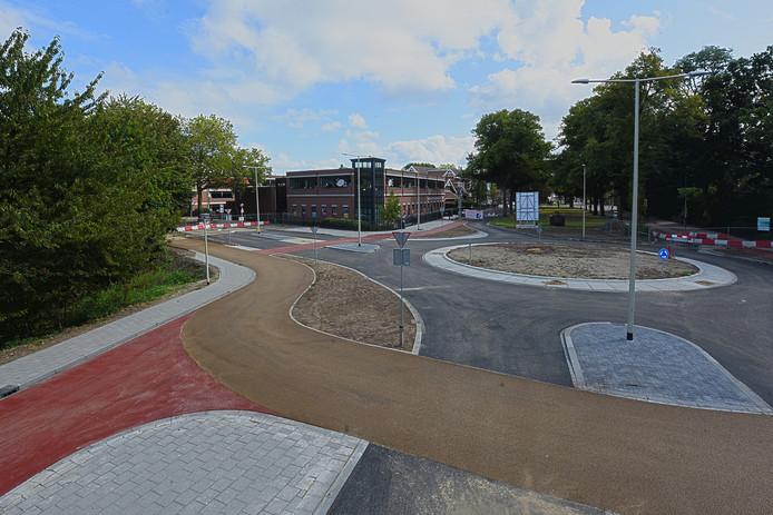 Zwart voor de auto's, rood voor het gewone fietspad en geelbruin voor de turfroute: op de nieuwe rotonde bij 't Rijks in Bergen op Zoom zijn donderdag drie verschillende kleuren asfalt toplagen aangebracht.