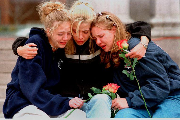 Een foto uit 1999, nadat er dertien doden gevallen waren bij de aanslag in Columbine.