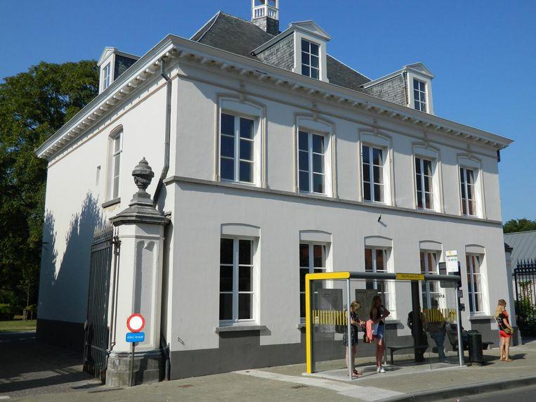 Het Sint-Annakasteel, in de schaduw van het gemeentehuis, in het hartje van Maldegem.