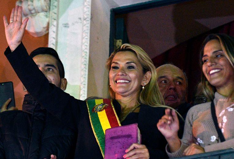 Jeanine Añez zwaait vanaf het balkon van het Quemado Paleis in La Paz nadat ze zichzelf uitriep tot interim-president.