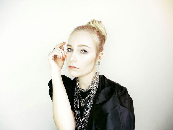 Charlotte Nuytkens (24) uit Ertvelde bij Evergem brengt als Harlie Frail haar debuutsingle uit.