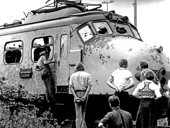 Na de bestorming van de trein, die door een kogelregen werd getroffen.