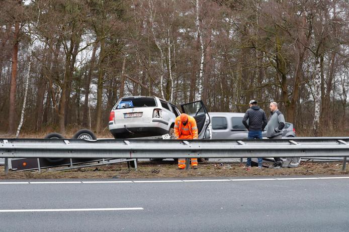 Op de A67 is een auto met aanhanger geschaard.