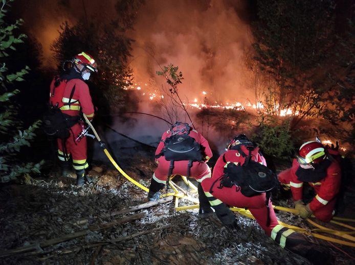 (29 augustus) De brandweer probeert het vuur onder controle te krijgen in Almonater la Real in de provincie Huelva.