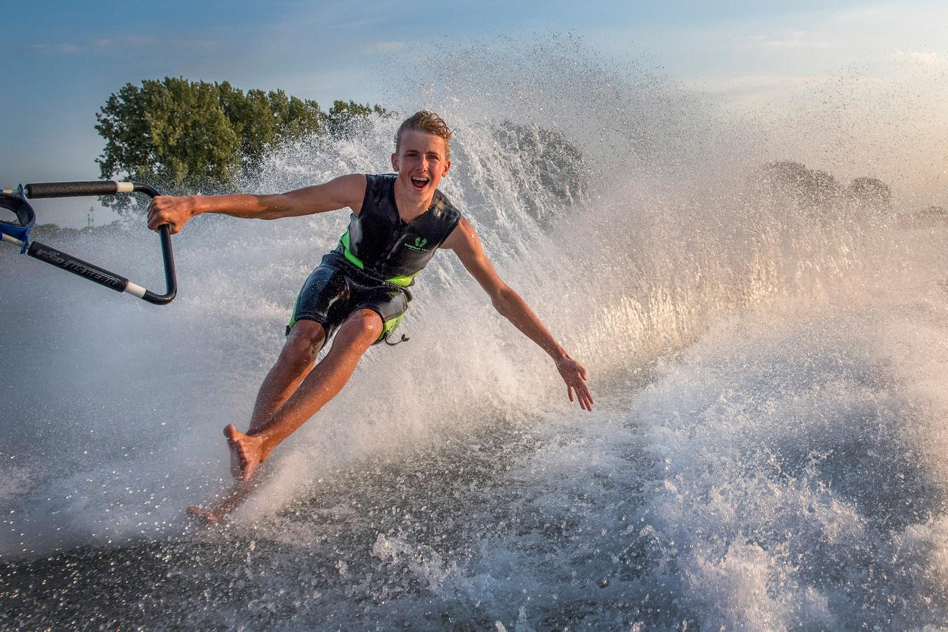 Bas Aartsen scheert over het water in Maurik, waar hij de basis voor zijn toekomst legt. Hij wil naar het WK 2020 in Australië.