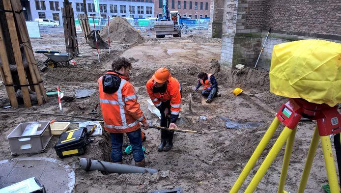 Archeologen stuitten bij de Laurenskerk op de contouren van een kistje met daarin menselijke resten.