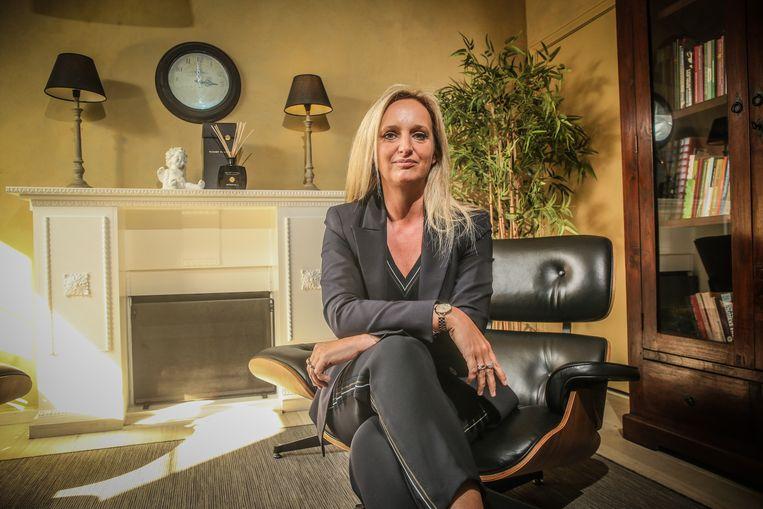 Nathalie Piron is psychotherapeute, en helpt haar man om te verwerken dat zijn ouders en zus omkwamen bij de laatste Bende-overval, op de Delhaize in Aalst.