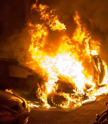 Politie vindt aanmaakblokjes onder brandende auto in Baarn
