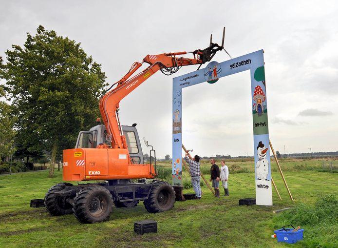 De poort voor de Speelweek Nieuwerbrug wordt opgezet. (Archieffoto).