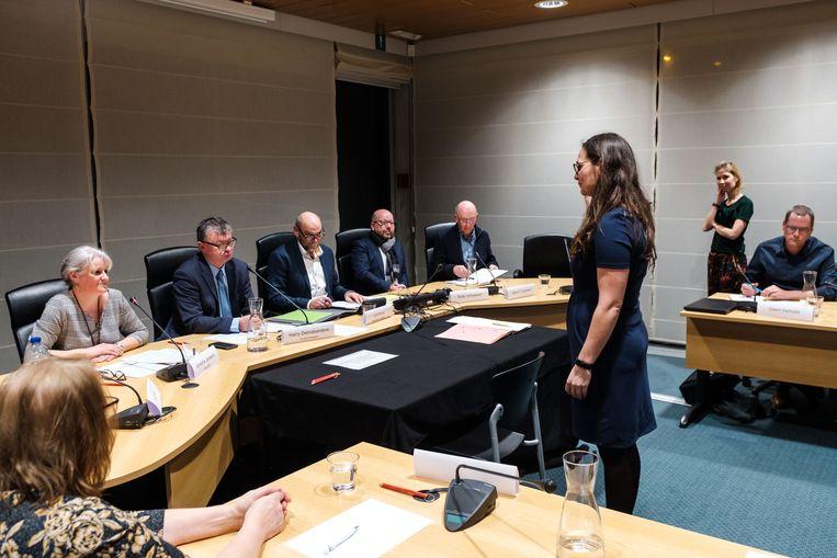 Caroline Van der Heyden (CD&V) legt de eed af als schepen voor vorig en nieuw burgemeester Harry Debrabandere (N-VA).