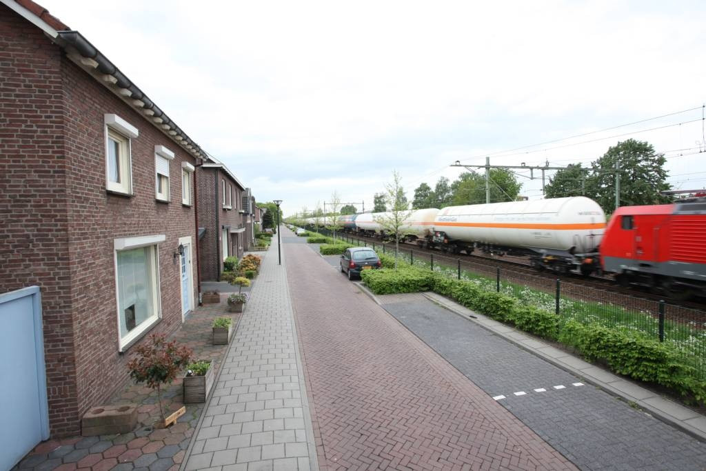 Goederentreinen rijden door woonwijk in Noord-Brabant