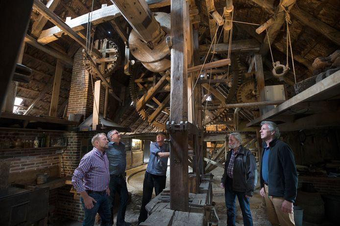 De molenaars bekeken op de jubileumdag de rosmolen in het museum van Erve Kots. Van Links Jos Betting, Petro van Doorne, Piet Kempenaar, André Papen en Ben Weenink.