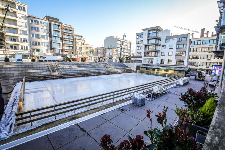 De ijspiste in Koksijde ligt voor het gemeentehuis in de Zeelaan
