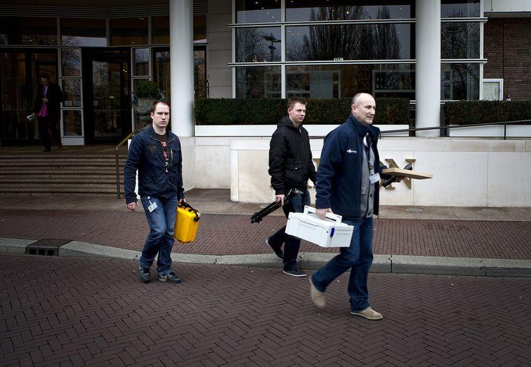 Leden van de forensische politie verlaten het hotel. Beeld ANP