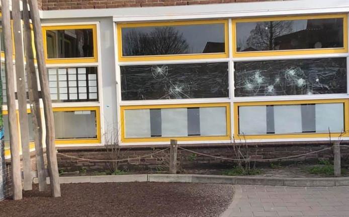 De ruiten van basisschool De Groene Hoek werden ingegooid.