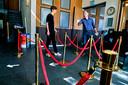 Met hekjes en pijlen op de grond wordt bij de ingang van The Movies een parcours bedacht om alles straks in goede banen te kunnen leiden.