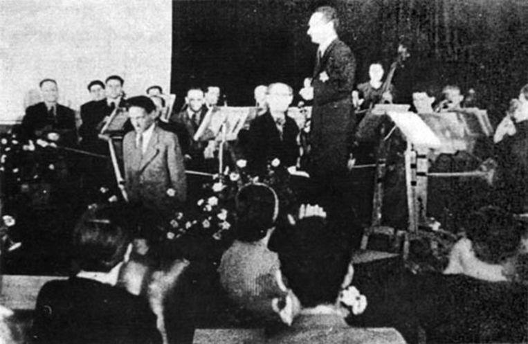 De opera die opgevoerd werd voor de leden van het Rode Kruis.