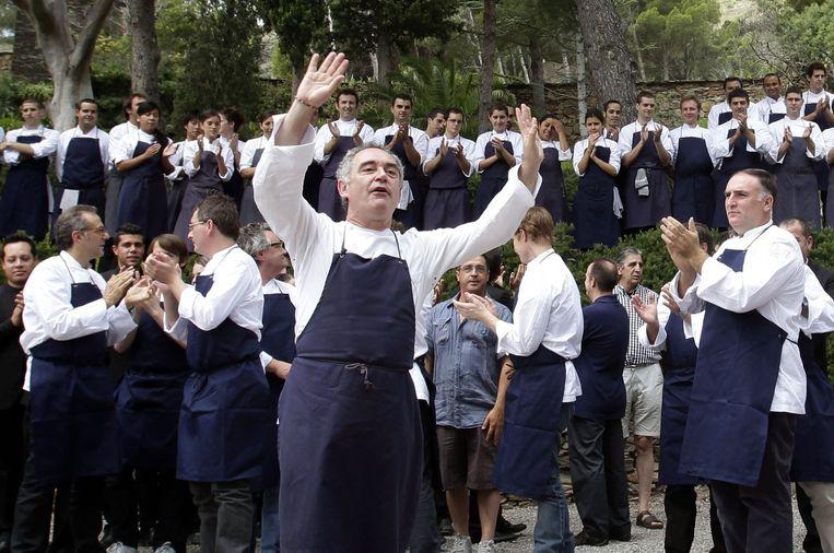 De sterrenchef gebaart terwijl zijn team achter zich staat. Beeld reuters