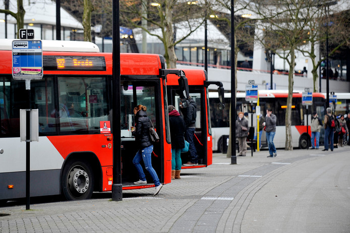 De grote bushalte bij station Tilburg.