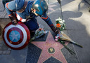 Fans leggen bloemen bij de ster van Stan Lee op de Hollywood Walk of Fame.