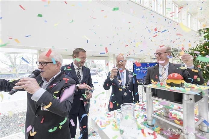 De heropening van het MST in Oldenzaal met vanaf links Louis Broekhuis, Bas Leerink, burgermeester Theo Schouten en Wim Gaalman.