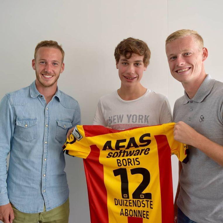 Boris Van Opstal kreeg zijn abonnement en een speciaal shirt uit handen van Nikola Storm en Alexander Corryn.