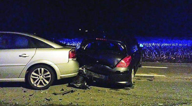De Peugeot vloog door de klap tegen de Opel.