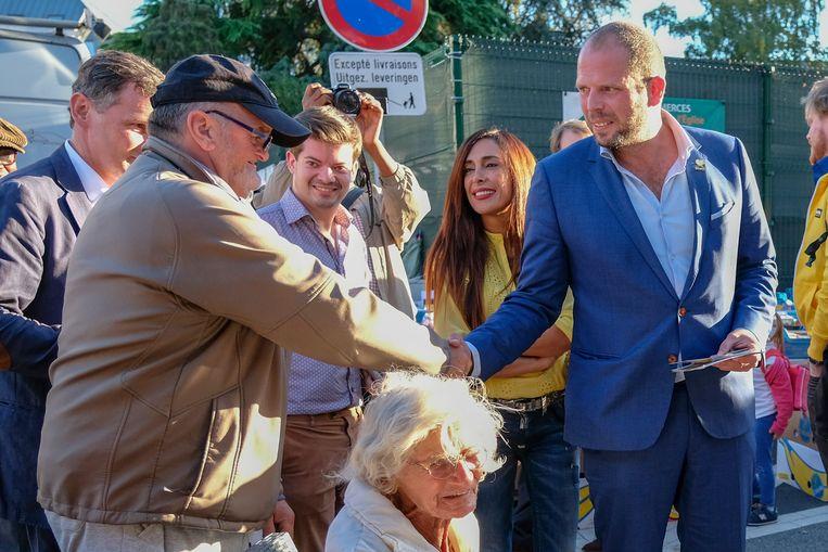 Theo Francken schudt een inwoner de hand
