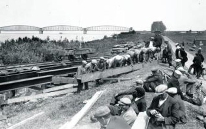 De bouw van de verkeersbrug in 1934. archieffoto ANP