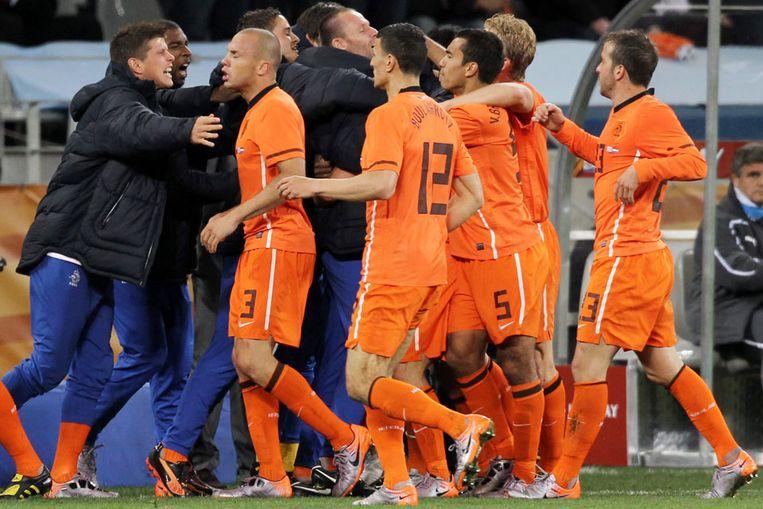 Nederlandse spelers vieren de 2-1 van Wesley Sneijder (EPA) Beeld
