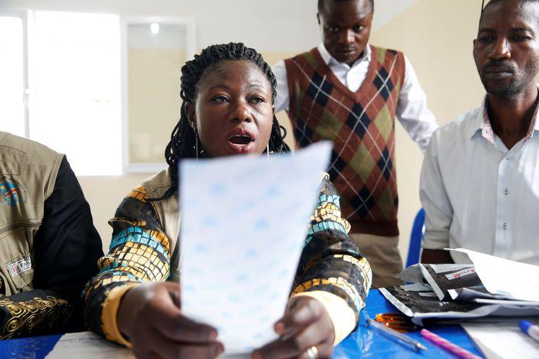 Een medewerker van de Congolese kiescommissie leest de resultaten voor van een stembureau in Kinshasa. Binnen de 24 tot 48 uur worden de voorlopige resultaten van het hele land bekendgemaakt.