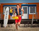 Een lifeguard aan het werk op het Haagse strand van Kijkduin