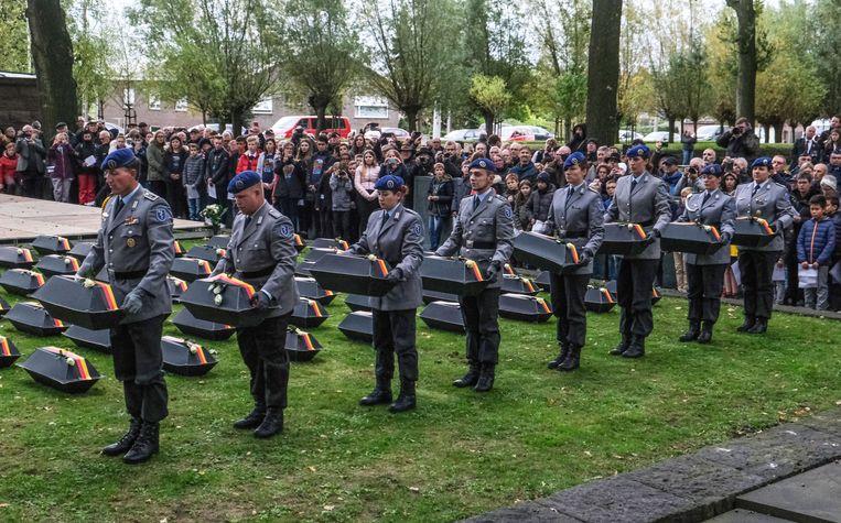 Duitse militairen droegen de kistjes naar de grafkelder.